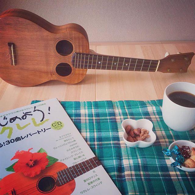 今日は「ウクレレの日」^_^19世紀にポルトガル移民がウクレレの原型である楽器をハワイに持ち込んだことが始まりとのこと。そしえ1979年に8月23日をウクレレ日と定められたそうです。そんなウクレレの日。デノアラジンでウクレレを触ってみませんか?初めて触る人でも心配ご無用。お菓子、コーヒー付きのウクレレレッスンメニューもあります。また、自慢の一曲を披露いただくだけでも大歓迎です!手ぶらで遊びに来てください^_^#デノアラジン #しらすピザ #ウクレレ#ウクレレの日 #手ぶらで気軽に#江の島 #ウクレレレッスン