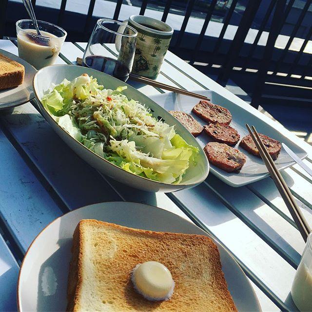 おはようございます。今朝も涼しくて快適♫またしても、ただのお家の朝ごはんで失礼します。トーストはアラジントースターで。さーて、開店準備しまーす。#アラジントースター #朝ごはん #デノアラジン #湘南 #また朝から飲んでやがる