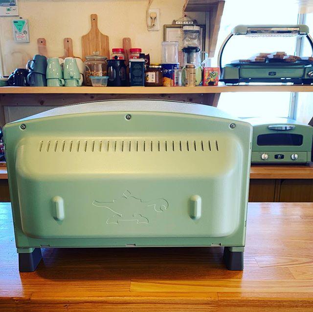 あらためて、アラジングラファイトグリル&トースター。ちょっと遅くなりましたが、モデルチェンジしてます。美味しく焼けるのはもちろん、後ろもデザインされててカウンターキッチンにこんな風にも置けます。#アラジントースター #おしゃれなトースター #デノアラジン #しらすピザ #湘南 #江ノ島 #すばな通り #モーニング