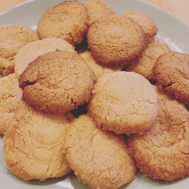 今日のおやつ。アラジントースター で焼くクッキー。「生地の真ん中を凹ませて焼く」「凹んだところに、溶かしたチョコを流し、、」なんだけど。凹ませて焼いたら、、、、全体ふっくらした🥺why.... 無理やりチョコ乗せたら、なんか思い描いてたビジュアルにならず(そもそも、結構ザツ)ええい、やけ食いだーでもトースターくんの(?)名誉のため付け加えると、味は美味しく、ザクザクとした食感もいい感じです^ ^余熱要らずで焼けるのも◎#デノアラジン  #江の島  #見た目がアレだけど #って言い訳してみる  #次回に乞うご期待  #Aladdin #トースタ