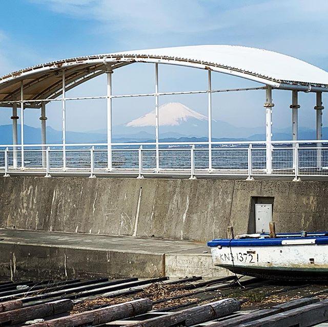 屋根の下の富士#富士山 #片瀬漁港 #湘南 #江の島 #すばな通り #デノアラジン #ちょい飲みカフェ