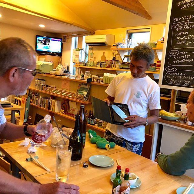 怪しい大人が怪しい密談。お昼からでもデノアラジンあるある 。#すばな通り #デノアラジン #カフェバー #昼飲み